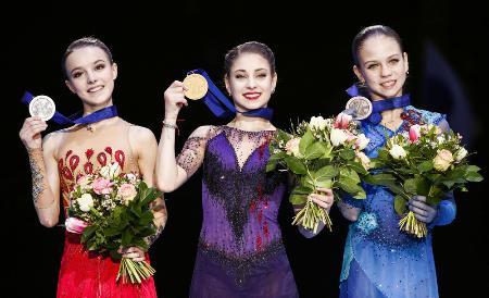 1月の欧州選手権で表彰台を独占したロシア勢。(左から)2位のアンナ・シェルバコワ、初優勝のアリョーナ・コストルナヤ、3位のアレクサンドラ・トルソワ=グラーツ(タス=共同)