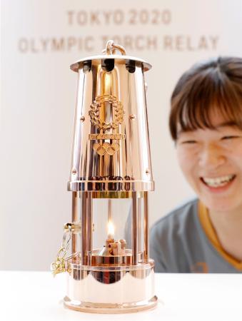 福島県のサッカー施設「Jヴィレッジ」に展示される、東京五輪の聖火がともるランタン=1日午後