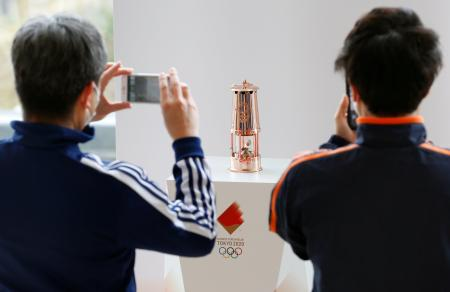 福島県のサッカー施設「Jヴィレッジ」で一般公開された、東京五輪の聖火がともるランタン=2日午前