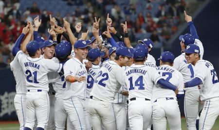 昨年の社会人野球日本選手権決勝で優勝し、喜ぶ大阪ガスの選手たち=京セラドーム