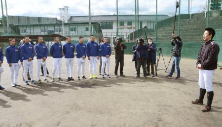 練習の冒頭であいさつする磐城高の渡辺純監督(右端)=2日、福島県いわき市
