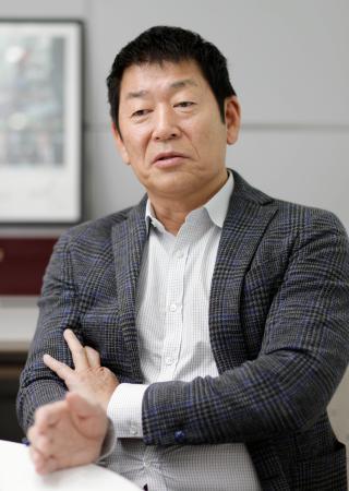 インタビューに答える国際体操連盟の渡辺守成会長