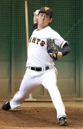 ブルペンで投球練習する巨人・桜井=6日、川崎市のジャイアンツ球場(球団提供)