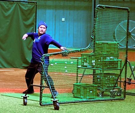 メットライフドームに隣接する室内練習場で行われた自主練習で、打撃投手を務める西武・中村=6日(球団提供)