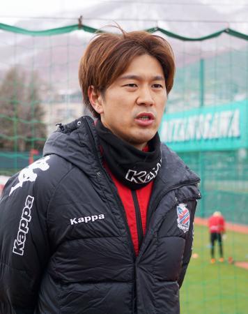取材に応じるサッカーJ1札幌の宮沢=7日、札幌市内の練習場