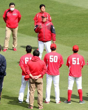再開された全体練習で選手らに指示する広島・佐々岡監督(中央)=マツダ