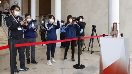 2日、一般公開された東京五輪の聖火がともるランタンを見る人たち=福島県のサッカー施設「Jヴィレッジ」