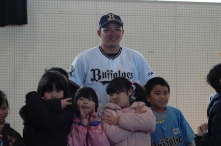 みなみのかぜ支援学校の児童と笑顔で記念撮影するオリックスの榊原翼投手=2月10日、宮崎市内のみなみのかぜ支援学校体育館