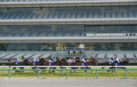 5日、無観客で行われた大阪杯のレース=阪神競馬場