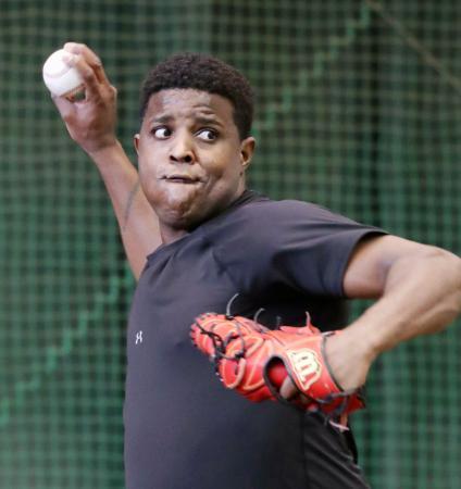 練習に参加し、投球練習する巨人・デラロサ=川崎市のジャイアンツ球場(同球団提供)