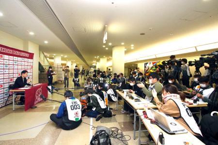 バスケットボール男子のB1川崎―北海道が中止になり、大勢の報道陣の前で記者会見するBリーグの広報担当者(左端)=3月、川崎市とどろきアリーナ((C)B.LEAGUE)