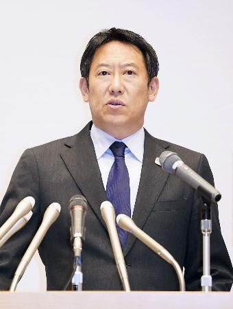 記者会見するスポーツ庁の鈴木長官=8日午後、文科省
