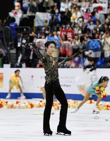 2019年3月に開催されたフィギュアスケートの世界選手権で、演技を終え歓声に応える羽生結弦=さいたまスーパーアリーナ