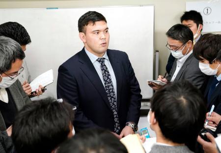 柔道男子100キロ級の東京五輪代表に決まり、記者の質問に答えるウルフ・アロン=2月27日、東京都文京区