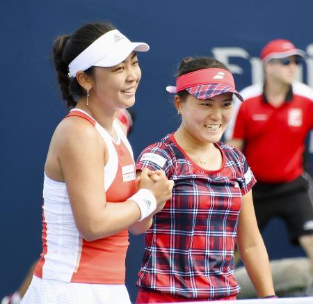 19年のテニスのロジャーズ・カップ女子ダブルス1回戦でポイントを奪い喜ぶ穂積絵莉(左)、二宮真琴組=トロント(共同)