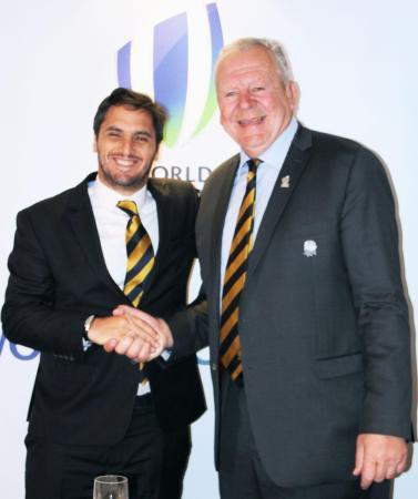 ワールドラグビーのビル・ボーモント会長(右)と握手するアグスティン・ピチョト副会長。5月に行われる会長選挙への立候補を表明した=2016年5月、ダブリン(共同)