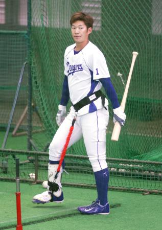 下半身の動きを制限するトレーニング器具を装着してティー打撃を行った中日・京田=ナゴヤ球場(代表撮影)