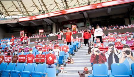 観客に見立てたマネキンや看板が置かれた台湾プロ野球楽天の本拠地球場のスタンド=11日、桃園市(ゲッティ=共同)