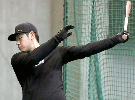 打撃練習する巨人・岡本=川崎市のジャイアンツ球場(球団提供)