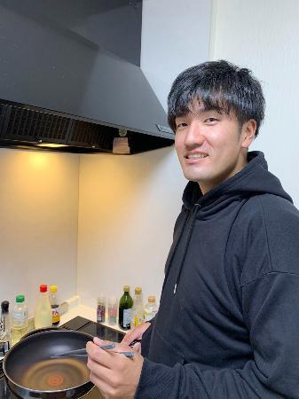 料理に励む楽天・弓削(球団提供)