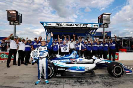 2019年のインディカー・シリーズ第9戦でポールポジションを獲得して、チーム関係者と喜ぶ佐藤琢磨(前列)(C)Honda