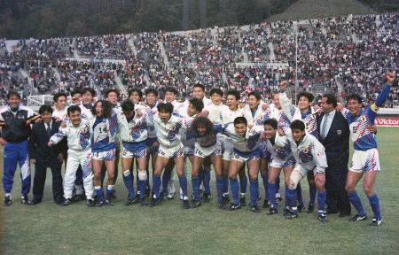 サウジアラビアを1―0で下して初のアジア一に輝いた日本イレブンら=1992(平成4)年11月8日、広島広域公園陸上競技場