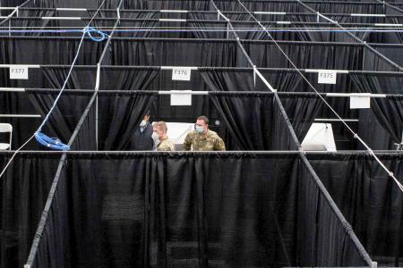 病床ごとに仕切られた全米オープン会場の屋内コート=10日、ニューヨーク(ロイター=共同)