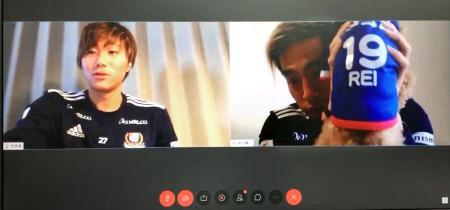 公式の会員制交流サイトでサポーターと交流する横浜Mの松原(左)と仲川=18日(同クラブ提供)