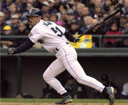 2001年10月のヤンキース戦で二塁打を放つマリナーズのイチロー
