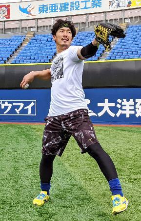 自主練習でキャッチボールするDeNA・梶谷=横浜スタジアム(球団提供)