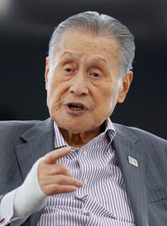 取材に応じる東京五輪・パラリンピック大会組織委の森喜朗会長=21日、東京都中央区