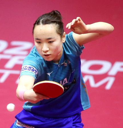 カタール・オープン女子シングルス準決勝でプレーする伊藤美誠=3月、ドーハ(国際卓球連盟提供・共同)