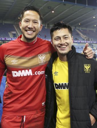 シントトロイデンの鈴木優磨(右)と、シュミット・ダニエル=2019年11月30日