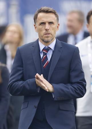 サッカーイングランド女子代表のネビル監督