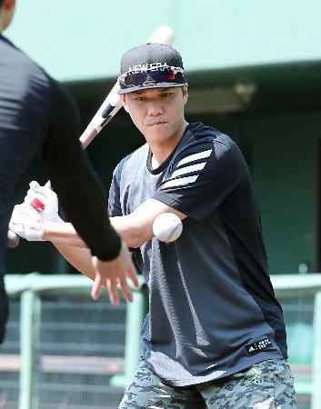 打撃練習する巨人・坂本=川崎市のジャイアンツ球場(球団提供)
