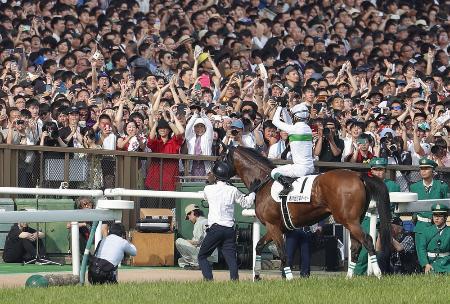 第86回日本ダービーを制したロジャーバローズとファンの声援に応える浜中俊騎手=2019年5月、東京競馬場