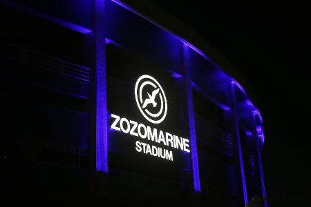 青色にライトアップされたロッテの本拠地ZOZOマリンスタジアム(球団提供)