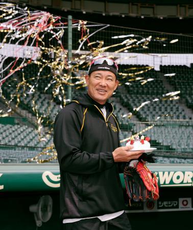 43歳の誕生日を迎え、チームメートから祝福される阪神の福留=26日、甲子園(球団提供)