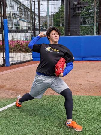 自主練習でキャッチボールするDeNAの中川=神奈川県横須賀市(球団提供)