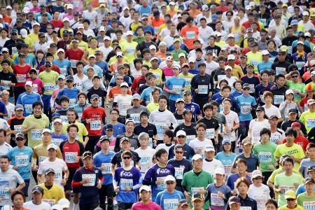 「福岡マラソン」のランナーたち=2015年11月