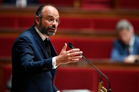 28日、国民議会で演説するフランスのフィリップ首相(AP=共同)
