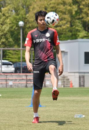ボールを蹴るJ1名古屋の主将丸山=愛知県豊田市(チーム提供)