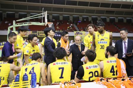 試合中に作戦を話し合うB2香川の選手たち=高松市総合体育館((C)B.LEAGUE)