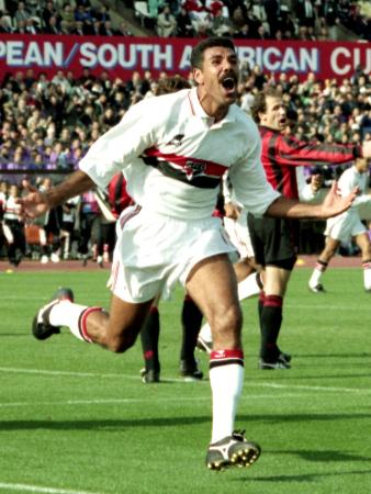 Jリーグが始まった1993年12月に行われたトヨタ・カップのサンパウロ―ACミラン戦。後半14分、2点目を決めたサンパウロMFトニーニョ・セレーゾの足元の芝生は青々としている=旧国立競技場
