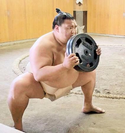 重りを持って下半身を鍛える御嶽海=東京都墨田区