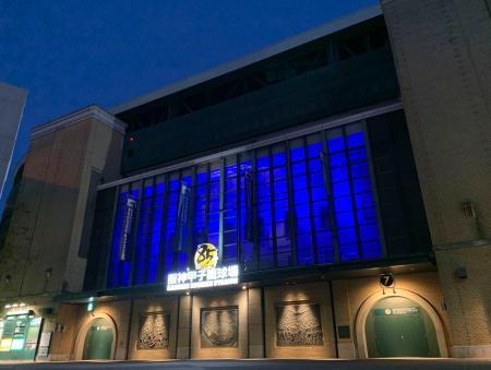 医療従事者らへの感謝を示すため、青色にライトアップされた甲子園球場=4月30日、兵庫県西宮市(球団提供)