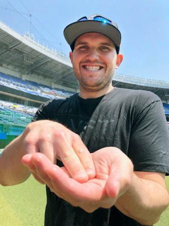 本塁打後に恒例となっている、すしを握るポーズをとるロッテ・レアード=1日、ZOZOマリン(球団提供)