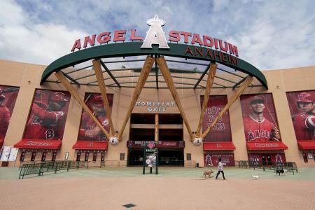 開幕予定日だった3月25日、人けのないエンゼルススタジアム=アナハイム(AP=共同)
