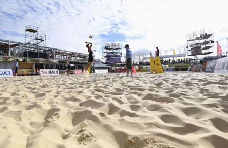 2019年7月、潮風公園で行われたビーチバレーの東京五輪テスト大会。コートの砂はベトナム産=東京都品川区