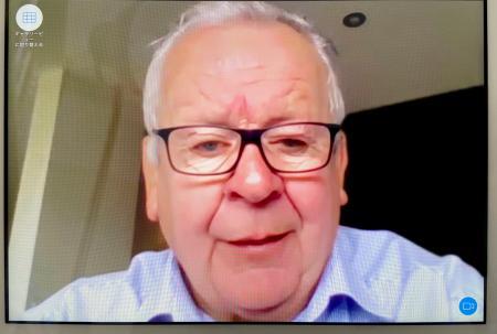 ワールドラグビーの会長選挙で再選を果たし、オンラインで記者会見するボーモント会長=3日(共同)